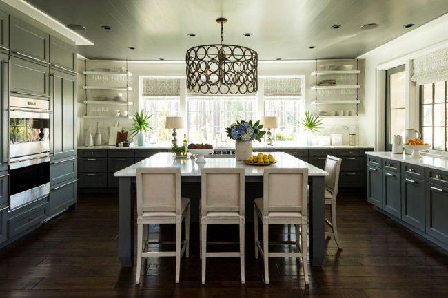 Укороченные шторы с принтом, поверхности столешниц, полки для размещения посуды и т.д. – контрастирующие элементы кухонного интерьера