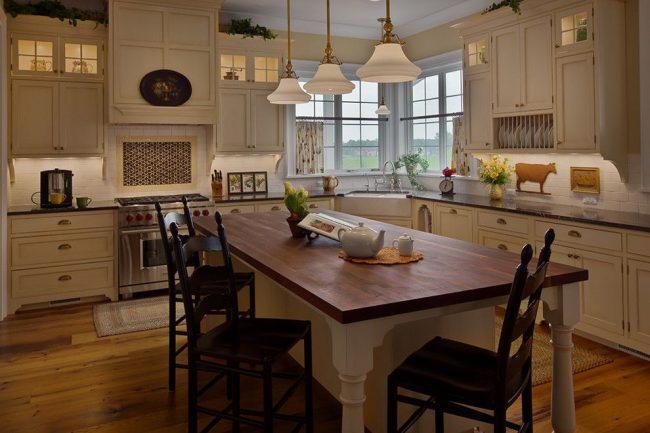 Короткие шторы «кафе» на кухне в деревенском стиле природной цветовой гаммы с обилием тематического декора