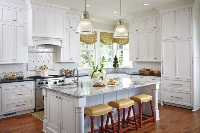 Традиционная американская кухня с актуальными римскими шторами из функционального материала с пыле- и грязеотталкивающими свойствами, способного сохранять форму и цвет
