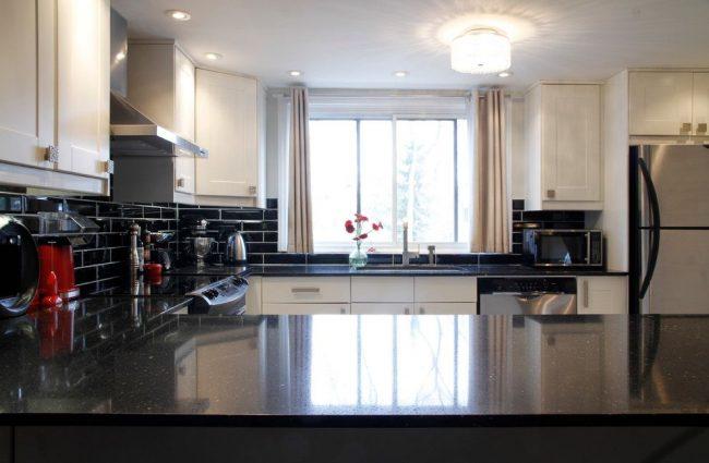 Элегантная кухня с укороченными плотными шторами