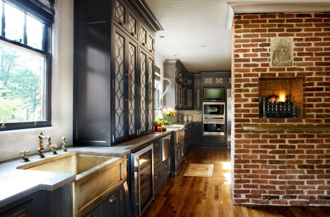 Шторы на кухню короткие: римские шторы для кухни с декоративной стеной, оформленной кирпичной кладкой, и угловой кухней, размещенной вдоль стены