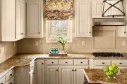 Фото 1 Короткие шторы на кухню: 75+ утонченных интерьерных решений для кухни и столовой зоны
