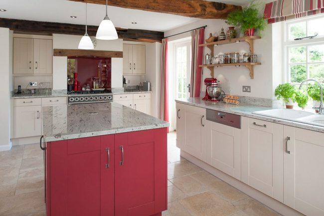 Контрастная современная кухня с лаконичным принтованным текстилем. Римские шторы – современное оконное оформление