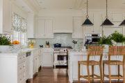 Фото 2 Короткие шторы на кухню: 75+ утонченных интерьерных решений для кухни и столовой зоны