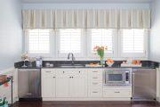 Фото 21 Короткие шторы на кухню: 75+ утонченных интерьерных решений для кухни и столовой зоны