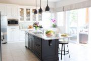 Фото 22 Короткие шторы на кухню: 75+ утонченных интерьерных решений для кухни и столовой зоны