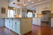 Фото 28 Короткие шторы на кухню: 75+ утонченных интерьерных решений для кухни и столовой зоны