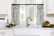 Фото 29 Короткие шторы на кухню: 75+ утонченных интерьерных решений для кухни и столовой зоны