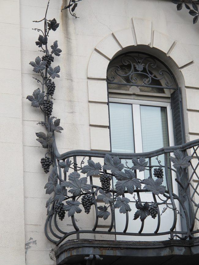 Эксклюзивный, стильный и респектабельный вид фасаду вашего дома или квартире, помогут придать кованые балконы, при помощи ажурных переплетений