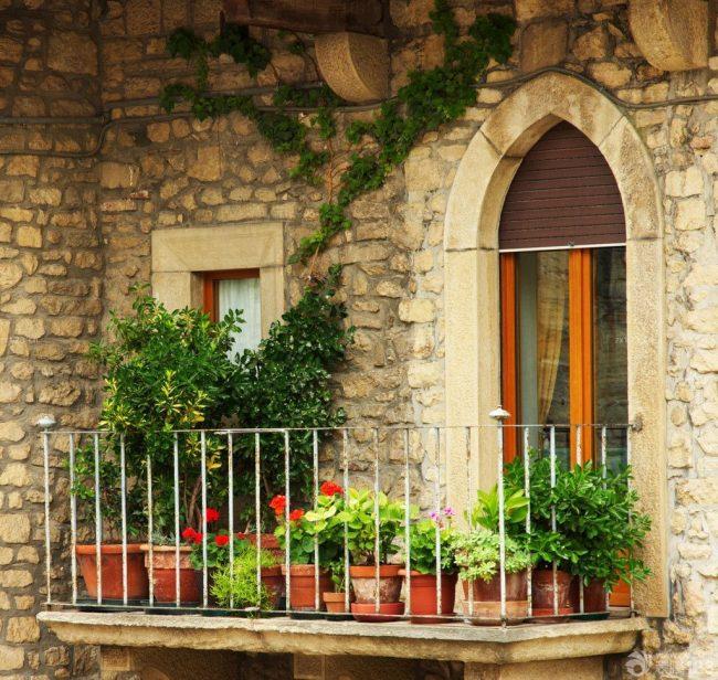 Фантазия дизайнеров и самые непредсказуемые вкусы домовладельцев, дают огромнейшее пространство для реализации той или иной идеи, при этом получается уникальное, стильное и очень красивое оформление балкона