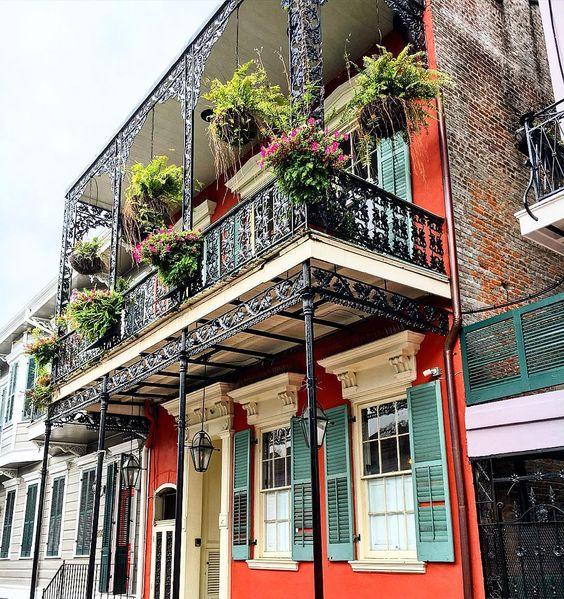 Отличным дизайнерским решением для вашего дома станет кованый балкон, прочность металла позволит на протяжении веков находиться ему в прекрасном состоянии