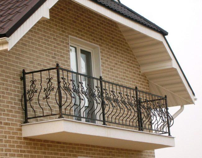 Часто люди убеждены в том, что кованые балконы - это олицетворение какого то одного стиля,например, барокко, но в наше время дизайнеры могут предоставить вам интересные примеры, которые будут выглядеть стильно и модерново