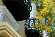 Фото 28 Кованые балконы: французский колониальный шик и 75 его элегантных воплощений