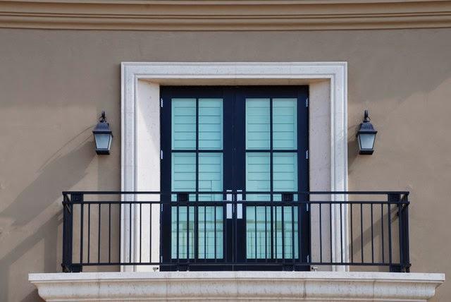 Не смотря на то, что кованые балконы - довольно старый элемент экстерьера, но в наше время большинство из них выглядят очень даже современно, а многие даже исполнены в стиле модерн