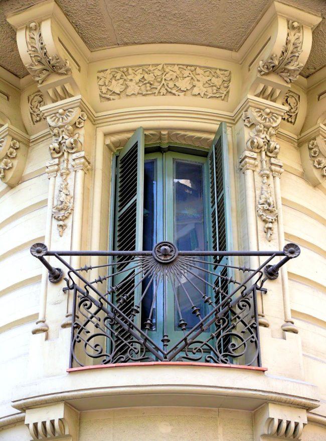 Красиво и со вкусом оформленный балкон будет не только удобен и практичен внутри, но и восхищает своим видом снаружи ваших гостей и просто прохожих мимо людей