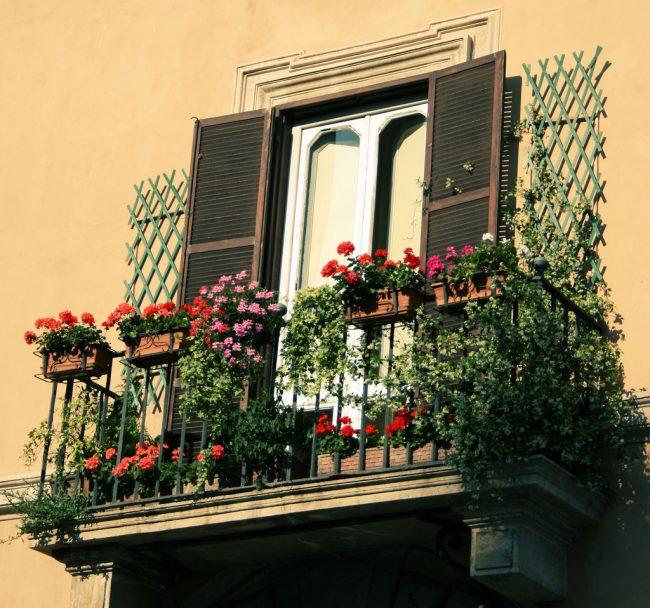 Яркий, современный и ухоженный балкон является признаком хорошего вкуса у хозяев дома, фасад создает первое впечатление о владельцах и их вкусах