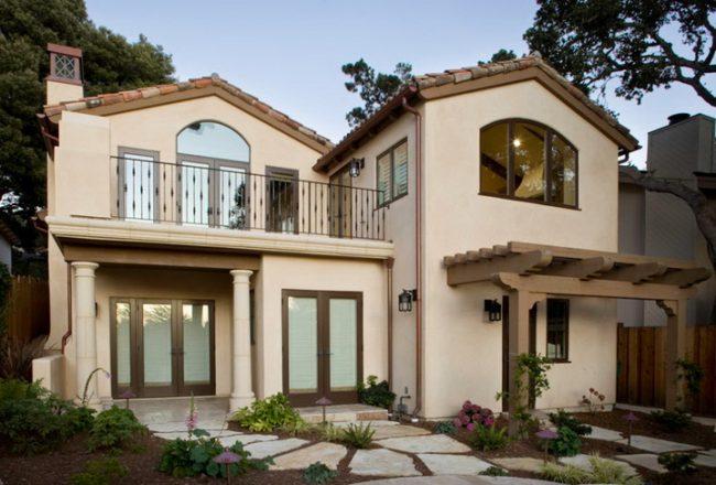 Кованые балконы: фото - часто хозяева дома, для того чтобы создать утонченный дизайн и завершить свой замысел, дополняют экстерьер дома этажерками, стойками для комнатных растений, подсвечниками, а также элементами кованой мебели