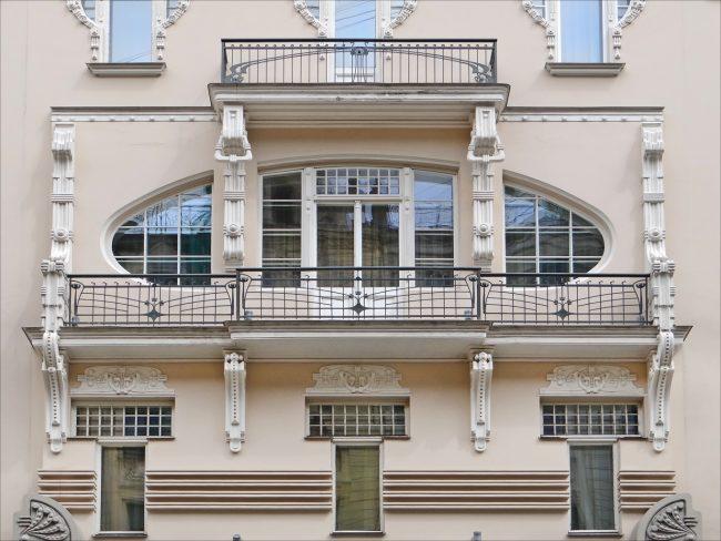 При выборе кованого балкона для своего дома стоит учесть множество факторов, которые на первый взгляд кажутся незначительными или даже незаметными, но при этом отыгрывают значительную роль, например, высота балкона
