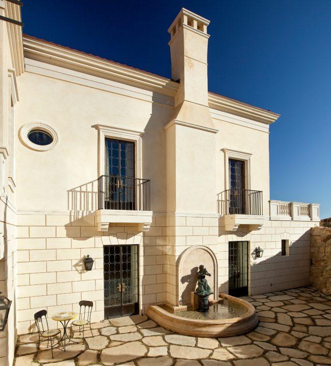 Современные мастера художественной ковки помогут создать вам балкон, выдерживая стиль экстерьера и интерьера вашего дома