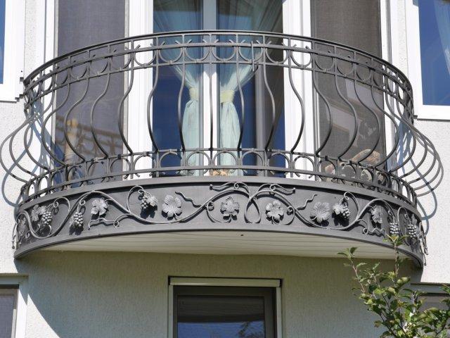 Подчеркнуть свой статус или выразить свою индивидуальность, среди множества однотипных застекленных балконов, можно при помощи кованого балкона