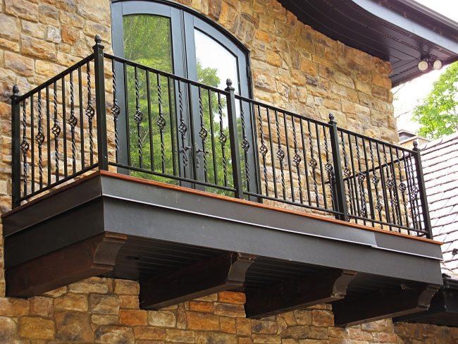 Кованые балконы отлично подойдут не только для квартир в большом мегаполисе, частных домов в небольшом городке, но и для небольшого загородного домика в дачном поселке