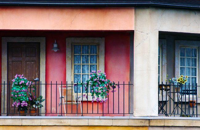 У многих людей кованые балконы ассоциируются с эпохой, которая давно прошла, но кованые изделия могут быть не только пафосными и фееричными, но и с легкостью могут воплощать новые веяния моды и стиля