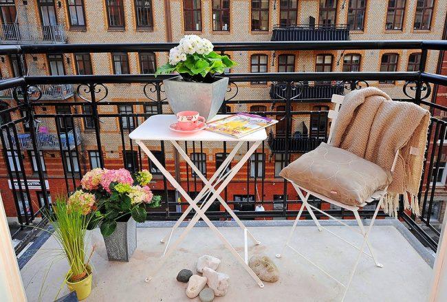 Для современных жителей больших городов, очень сложно успеть все и об отдыхе они часто забывают, поэтому иногда красивый, красочный с множеством цветов, балкон - это единственная возможность отдохнуть и остаться наедине с самим собой