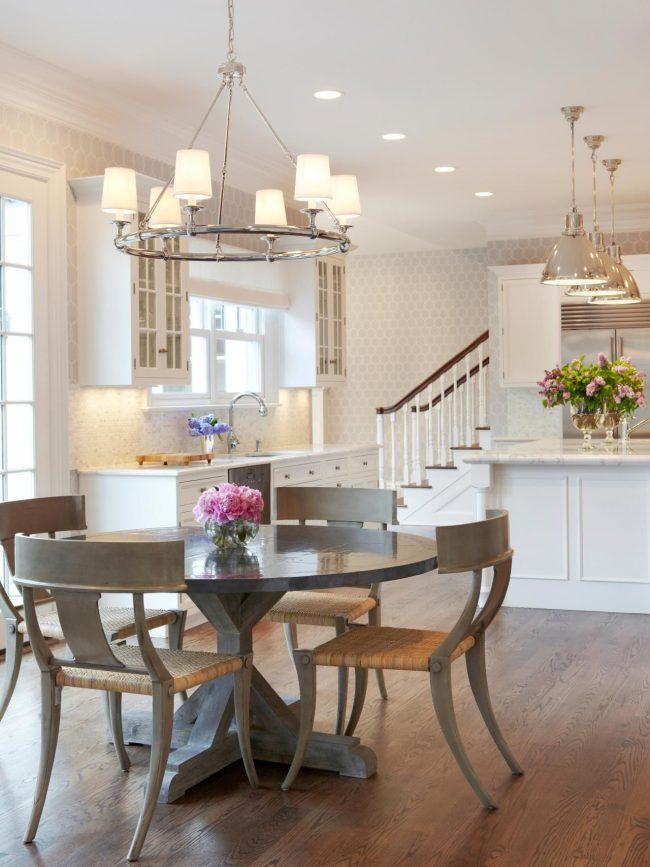 Деревянный стол пепельного цвета с лакированной столешницей на белой кухне