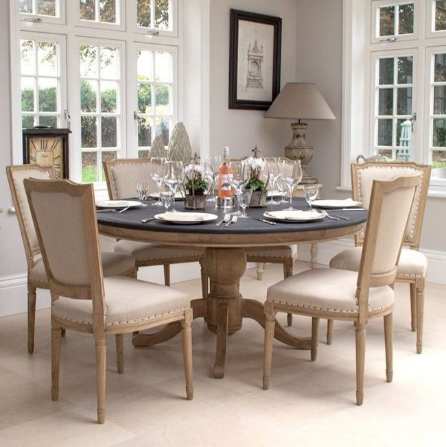 Контрастный декор: круглая скатерть на светлом дубовом столике