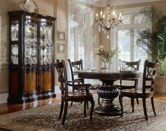 Деревянный стол для квартиры премиум-класса: обеденный стол со стульями из венге