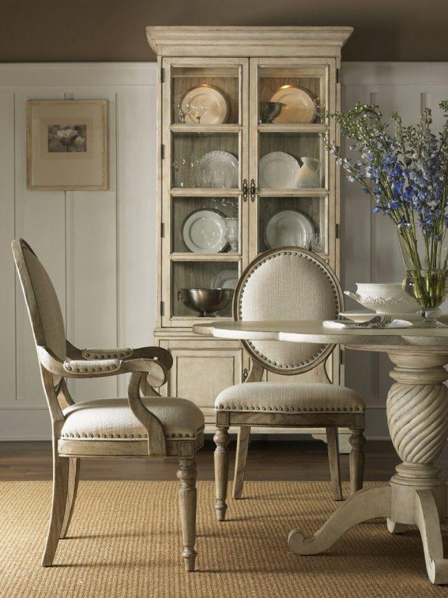 """Мебель из беленого дуба в интерьере гостиной в духе """"прованс"""""""
