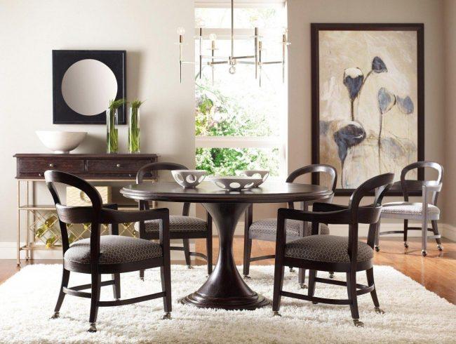 Круглый столик с симметрической ножкой, суженной по середине