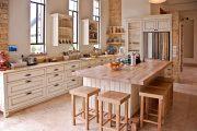 Фото 6 Светлые кухни с патиной: вневременная классика и 85 избранных интерьерных сочетаний