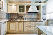 Фото 10 Светлые кухни с патиной: вневременная классика и 85 избранных интерьерных сочетаний