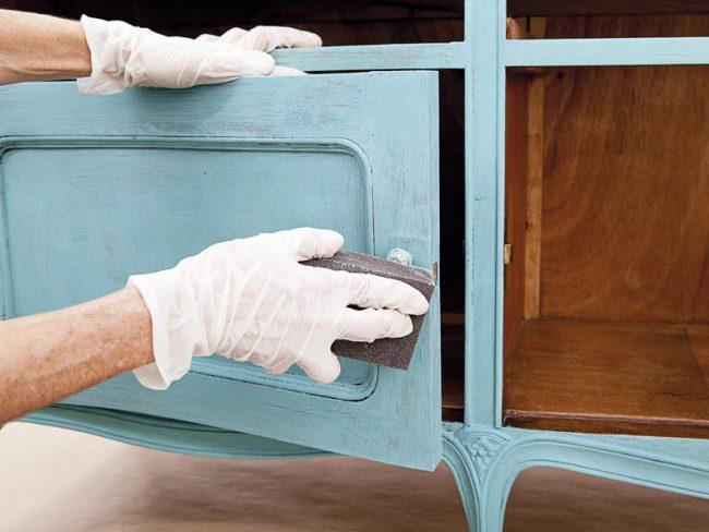 Обработка окрашенной поверхности для придания эффекта патины