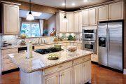Фото 50 Светлые кухни с патиной: вневременная классика и 85 избранных интерьерных сочетаний