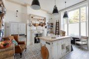 Фото 9 Светлые кухни с патиной: вневременная классика и 85 избранных интерьерных сочетаний