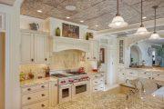 Фото 11 Светлые кухни с патиной: вневременная классика и 85 избранных интерьерных сочетаний