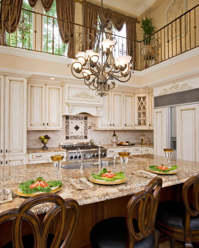 Красивая кухонная мебель с очертаниями пилястров прекрасно подчеркнет классический стиль интерьера