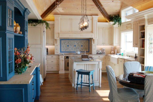Гармоничное сочетание мебели белого и синего цвета в интерьере классического стиля