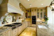Фото 3 Светлые кухни с патиной: вневременная классика и 100+ избранных интерьерных сочетаний