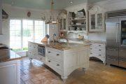 Фото 19 Светлые кухни с патиной: вневременная классика и 100+ избранных интерьерных сочетаний