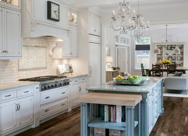 Белый цвет отлично подойдет для кухни классического стиля