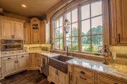 Фото 21 Светлые кухни с патиной: вневременная классика и 100+ избранных интерьерных сочетаний