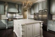 Фото 24 Светлые кухни с патиной: вневременная классика и 85 избранных интерьерных сочетаний