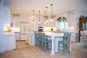 Фото 1 Светлые кухни с патиной: вневременная классика и 85 избранных интерьерных сочетаний