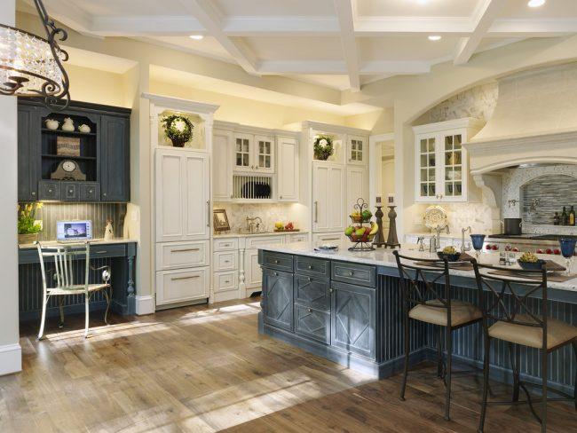 Состаренная черно-белая мебель в дизайне просторной кухни