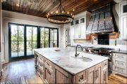 Фото 38 Светлые кухни с патиной: вневременная классика и 100+ избранных интерьерных сочетаний