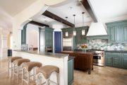 Фото 40 Светлые кухни с патиной: вневременная классика и 100+ избранных интерьерных сочетаний