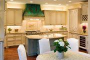 Фото 47 Светлые кухни с патиной: вневременная классика и 100+ избранных интерьерных сочетаний